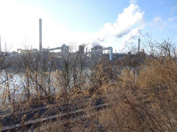 ピッツバーグ南方でまだ操業している大規模な旧式コークス炉。公害が問題になっている